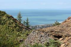 Une vue au-dessus de baie ensoleillée de cardigan des collines ci-dessus Photos stock