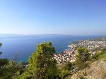 Une vue au-dessus du bol de ville sur le brac d'île, Croatie photos libres de droits