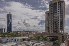Une vue au sol ci-dessus des Tours jumelles et du Trinidad and Tobago Stock Exchange Limited, Port-d'Espagne, Trinidad Image stock