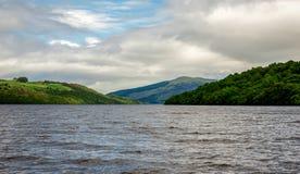Une vue aux eaux de lac Tay de loch et aux collines environnantes du bateau, Ecosse centrale Photos libres de droits