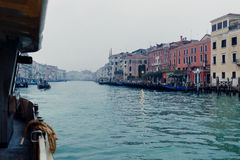 Une vue aux rues et à l'eau de Venise d'un Vaporetto Photos stock