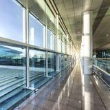 Une vue carrée du hall vide de l'aéroport moderne Image stock