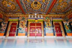 Plafond bas H de portes d'entrée de monastère de Rumtek Image libre de droits