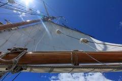 Une vue d'angle faible d'une voile grande de bateau contre un ciel bleu lumineux jet? le coup d'oeil de la plate-forme du bateau image stock
