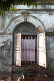 Une vue d'architecture de rue avec le bâtiment colonial dans la ville de Yangon Photos libres de droits