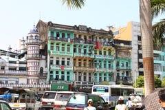 Une vue d'architecture de rue avec le bâtiment colonial dans la ville de Yangon Photographie stock libre de droits
