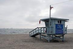 Une vue d'horizon, paysage marin, océan, naviguant les yachts et le maître nageur dans la plage à Venise, la Californie en ciel n photographie stock libre de droits