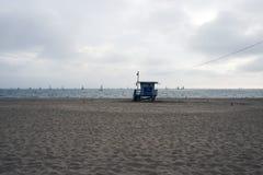 Une vue d'horizon, paysage marin, océan, naviguant les yachts et le maître nageur dans la plage à Venise, la Californie en ciel n photo stock