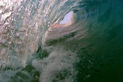 Une vue d'oeil de surfers d'une onde Image libre de droits