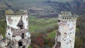 Une vue d'oeil du ` s d'oiseau des tours ruinées du château de Chervonohrad l'ukraine banque de vidéos
