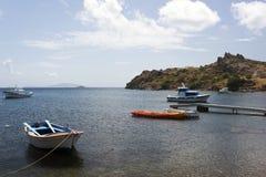Une vue d'une plage, d'une mer et des bateaux de pêche en île de Patmos, Grèce en été Image libre de droits