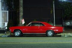 Une vue d'un fourgon américain classique de voiture de sport de muscle de vintage prennent le camion et la lumière traîne par le  image stock