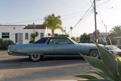 Une vue d'un fourgon classique de voiture de vintage dans la rue photos stock