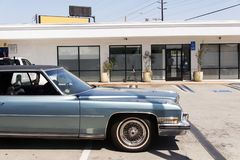 Une vue d'un fourgon classique de voiture de vintage dans la rue photographie stock