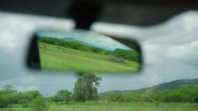 Une vue d'un miroir d'arrière du ` s de voiture banque de vidéos