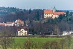 Une vue d'un paysage vert dans la campagne photos stock