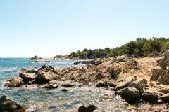Une vue d'une plage merveilleuse Sardaigne, Italie la belle nature de l'eau bleue méditerranéenne et claire Images libres de droits
