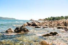 Une vue d'une plage merveilleuse Sardaigne, Italie la belle nature de l'eau bleue méditerranéenne et claire Images stock
