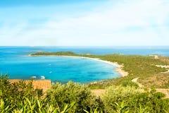 Une vue d'une plage merveilleuse Sardaigne, Italie la belle nature de l'eau bleue méditerranéenne et claire Photo libre de droits