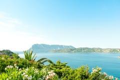 Une vue d'une plage merveilleuse Sardaigne, Italie la belle nature de l'eau bleue méditerranéenne et claire Photos libres de droits
