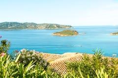 Une vue d'une plage merveilleuse Sardaigne, Italie la belle nature de l'eau bleue méditerranéenne et claire Image libre de droits