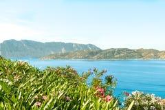 Une vue d'une plage merveilleuse Sardaigne, Italie la belle nature de l'eau bleue méditerranéenne et claire Photo stock