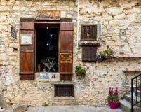 Une vue dans le village traditionnel d'Omodos en Chypre images stock