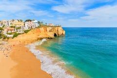 Une vue de belle plage dans la ville de Carvoeiro Photographie stock libre de droits