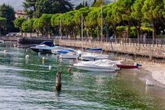 Une vue de bord de la mer, petites battes sur le lac Como Image stock