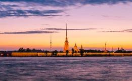 Une vue de cathédrale de StPeter et de Paul de la rivière de Neva pendant la nuit blanche Photos libres de droits