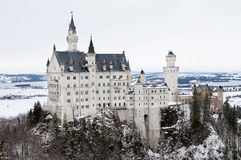 Une vue de château de Neuschwanschtein dans les Alpes bavarois Photos stock