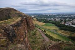 Une vue de ci-dessus d'une ville, une roche, personnes de marche Photo libre de droits