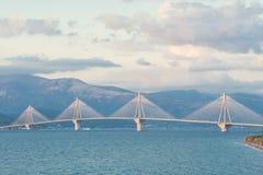 Une vue de coucher du soleil sur le pont de Rion-Antirion près de Patras, Grèce Photographie stock