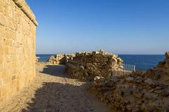 Une vue de dessus de château de Paphos avec des barrières de protection et des restes des murs photo libre de droits