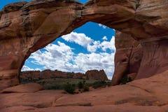 Une vue de double vo?te aux vo?tes parc national, Utah, Etats-Unis, ciel bleu lumineux, nuages blancs pelucheux et aucune personn photos stock