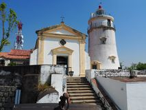 Une vue de face du phare et de la chapelle situés chez Guia Fortress dans Macao photographie stock libre de droits