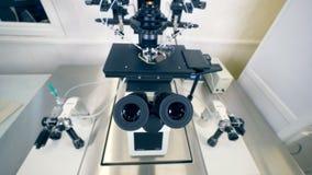Une vue de face sur l'oculaire noir d'un microscope scientifique moderne clips vidéos
