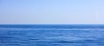 Une vue de fond de mer calme et de ciel bleu, Image stock