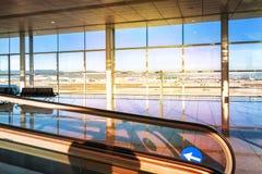 Une vue de hall vide d'aéroport moderne, au temps de lever de soleil Photos stock