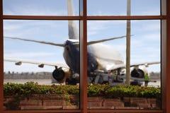 Une vue de l'aérodrome et l'avion de la salle d'attente Image stock