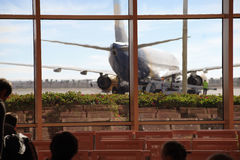 Une vue de l'aérodrome et l'avion de la salle d'attente Photographie stock libre de droits