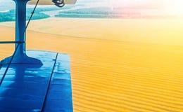 Une vue de l'aile d'un avion de turbopropulseur et d'un champ de maïs et de blé dans la campagne Images stock