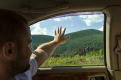 Une vue de l'intérieur du ` s de voiture à l'homme qui s'assied dans le s arrière images stock