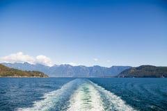 Une vue de la côte de soleil comme vu de la plate-forme d'un ferry photographie stock libre de droits
