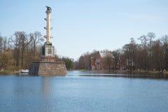 Une vue de la colonne de Chesmensky et du bâtiment de l'Amirauté sur le grand étang pendant l'après-midi d'avril Tsarskoye Selo Images libres de droits