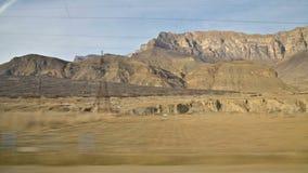 Une vue de la fenêtre latérale de la voiture devant le passager assis aux belles vues des montagnes de Caucase banque de vidéos