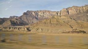 Une vue de la fen?tre lat?rale de la voiture devant le passager assis aux belles vues des montagnes de Caucase banque de vidéos