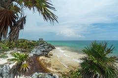 Une vue de la plage et de l'oc?an au-dessous du temple des ruines maya de Dieu de vent dans Tulum images stock