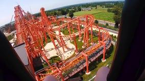 Une vue de la première personne, sur une colline extrême, une vue d'un parc d'attractions Taille incroyable crainte Glissière dan banque de vidéos