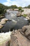 Une vue de la rapide de rivière et l'écoulement d'eau rapide du Yuzhny branchent la rivière sur table d'écoute pendant l'été Photos stock